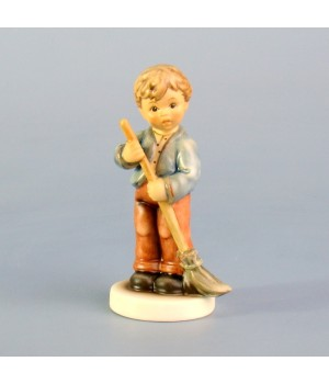 Статуэтка Hummel, Мальчик с метлой